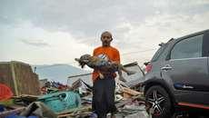 Thế giới 24h: Cảnh xé lòng bên bờ biển Indonesia