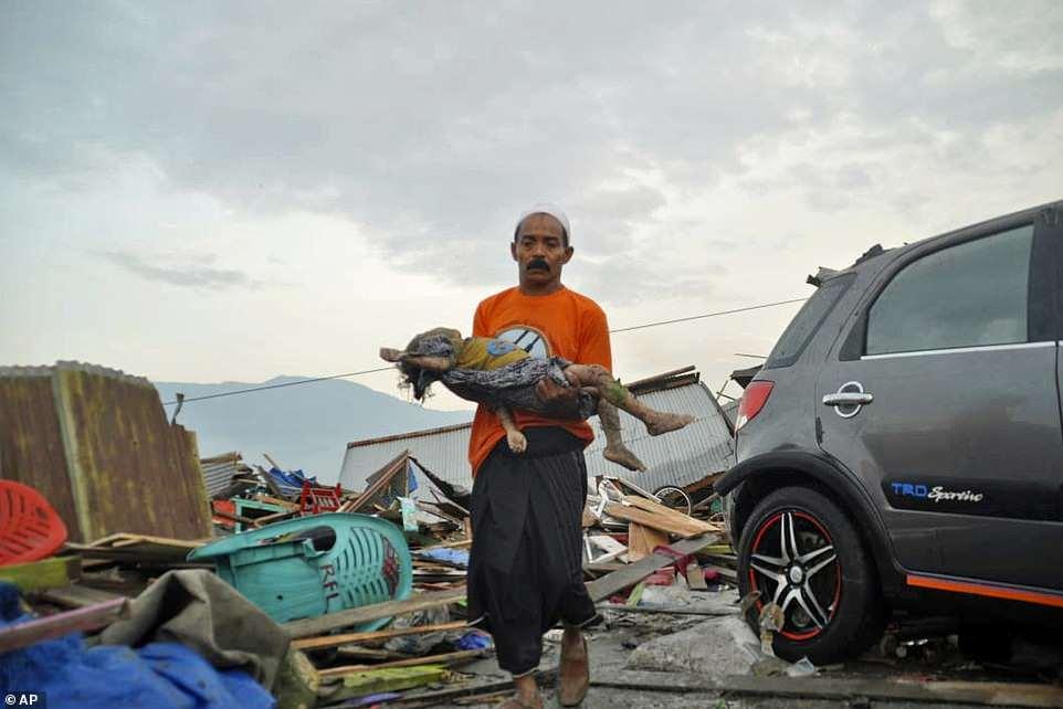 Thế giới 24: Cảnh xé lòng bên bờ biển Indonesia