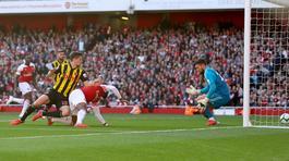 Ozil lóe sáng, Arsenal thắng nhọc Watford