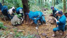 10 giờ băng rừng tìm kiếm hài cốt 2 phi công trên núi Tam Đảo