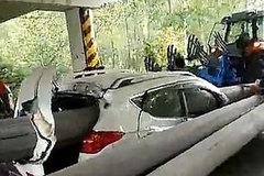 Tài xế thoát chết trong gang tấc khi cả thanh bê tông đâm thủng xe
