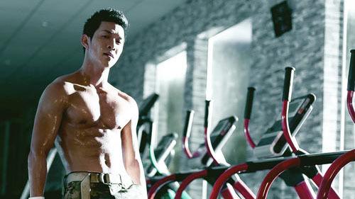 Song Luân khoe thân hình 6 múi 'ăn đứt' Song Joong Ki: