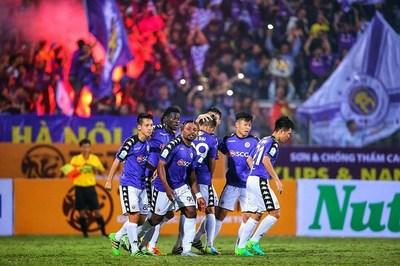 """V-League: Hà Nội nâng cúp, Cần Thơ và Nam Định chạy trốn """"tử thần"""""""