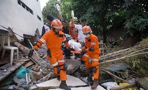 Indonesia đào mộ dài 100m để an táng các nạn nhân sóng thần