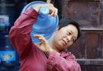 Người phụ nữ  bê 70 bình nước mỗi ngày để mua nhà thành phố