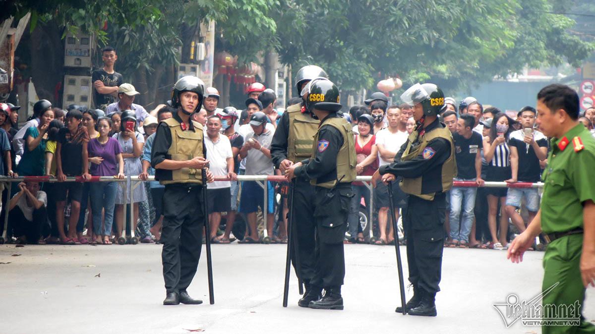 Cảnh sát vũ trang bao vây người đàn ông cố thủ trong nhà