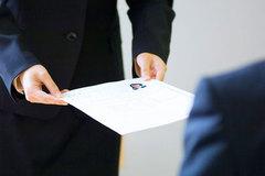 Dùng tiền chạy việc: coi chừng phạm tội hối lộ