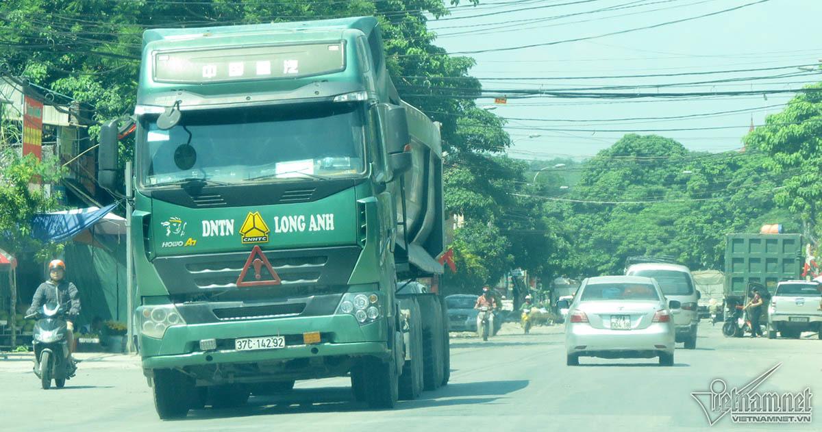 Hãi hùng dị vật lấp ló trên xe 'hổ vồ' tung hoành xứ Nghệ