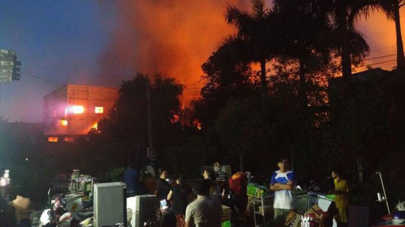 Cháy rực trời xưởng gỗ ở Bình Dương