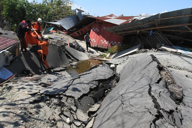 Nhân viên cứu hộ đau lòng nhìn người nhà chết trong bùn