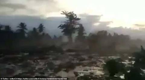 Nhân viên cứu hộ đau lòng nhìn người nhà chết trong bùn tại Indonesia