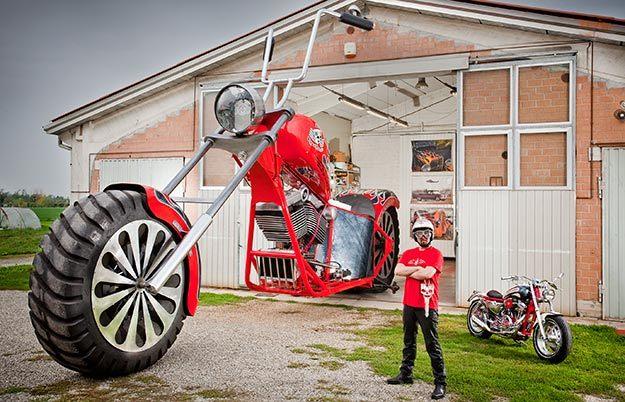 Chiếc xe máy cao quá nóc nhà 1 tầng, đạt kỷ lục Guiness