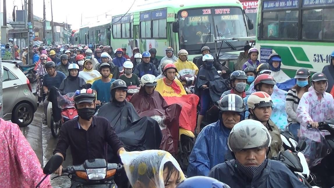 Cửa ngõ phía tây Sài Gòn lại tê liệt vì ngập nước, kẹt xe