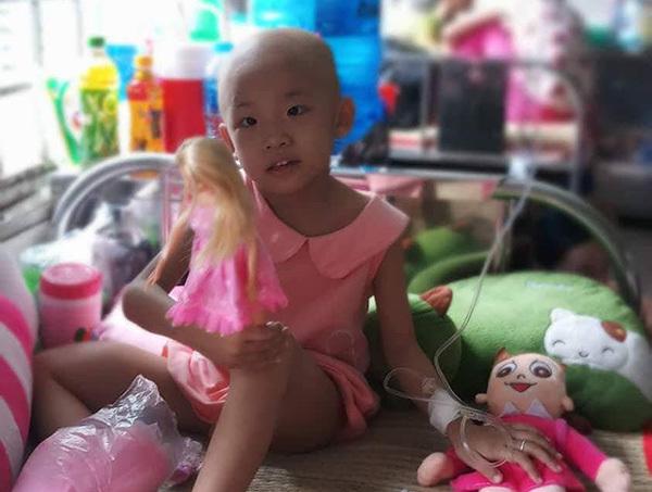 Cô bé 5 tuổi kiên cường đối mặt với căn bệnh ung thư