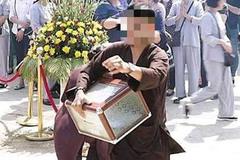 Nam thanh niên xông xáo giúp việc tại lễ cất nóc chùa rồi ôm hòm công đức biến mất