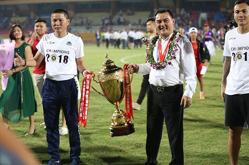 Ẵm 4 cúp V-League, bầu Hiển, Văn Quyết, Thành Lương nói gì?