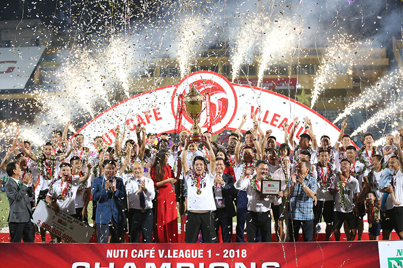 Trọng tài 'gây bão' đoạt danh hiệu Còi vàng 2018