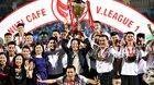 Bầu Hiển cùng cầu thủ Hà Nội tưng bừng nâng cúp vô địch V-League