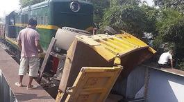 Hà Nội: Tàu hỏa và xe tải đâm nhau, 3 người trọng thương