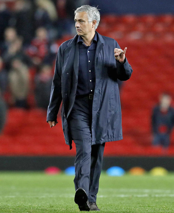 Mourinho cư xử lạ, biết sắp bị MU sa thải