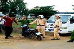 Thanh niên vi phạm đập mũ bảo hiểm vào thượng úy CSGT ở Đắk Nông