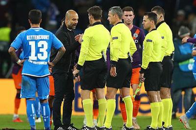 Pep nuốt giận vào trong khi Man City bị trọng tài xử ép