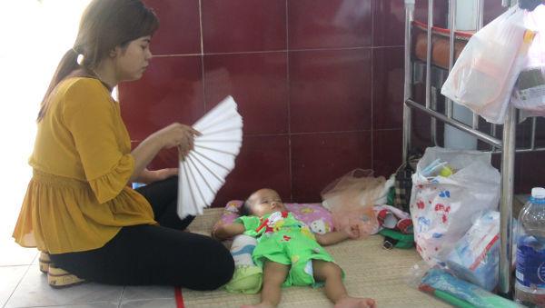 Trẻ mắc tay chân miệng nằm la liệt, cha mẹ bỏ việc ôm con vật vờ bệnh viện