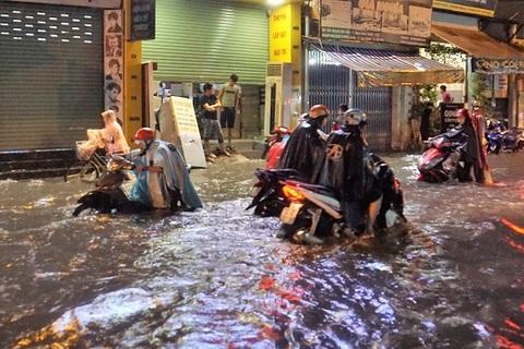 Dân Sài Gòn suốt đêm tát nước, đẩy bộ xe trên đường ngập như sông
