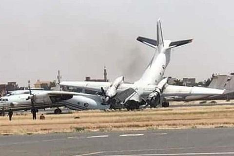 Máy bay húc nhau trên đường băng, vỡ tan tành