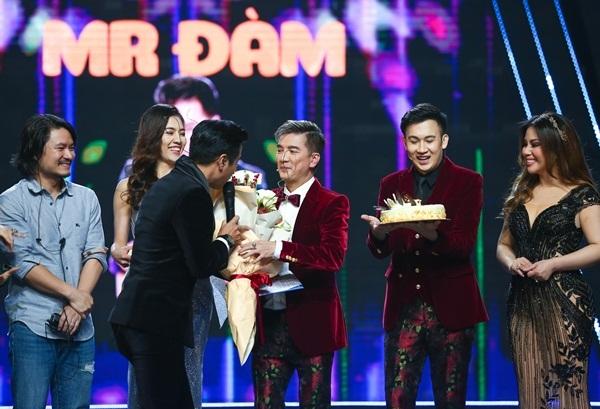 Nguyên Khang hôn Minh Tuyết trong đêm chung kết Tuyệt đỉnh song ca khiến khán giả tụt máu