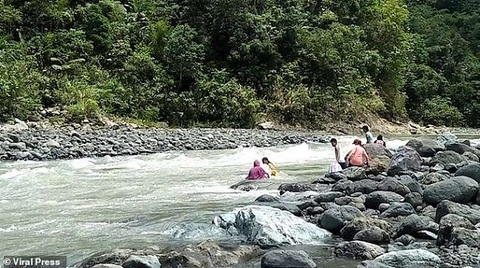 Xem giáo viên 'thả mình trôi sông' để đến được lớp học