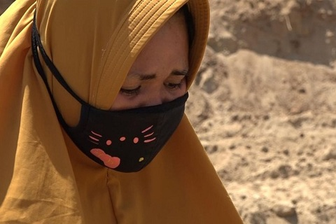 nỗi lòng của người vợ có chồng nằm trong mộ tập thể ở Indonesia