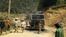 Không có nước chữa, xe tải chở đá cháy rụi giữa bản vắng