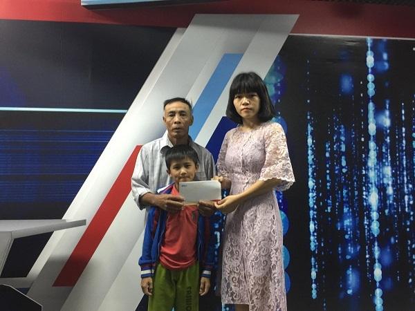 Trao hơn 21 triệu đồng cho bé Nguyễn Việt Anh bị ung thư máu