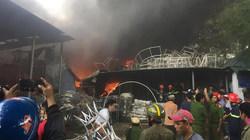 Cháy ngùn ngụt phân xưởng đan, dân nháo nhào ôm tài sản tháo chạy