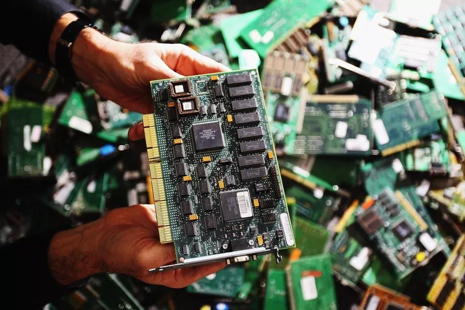 """Con chip """"đầu bút chì"""" giúp hack máy chủ Apple, Amazon từ xa thế nào?"""