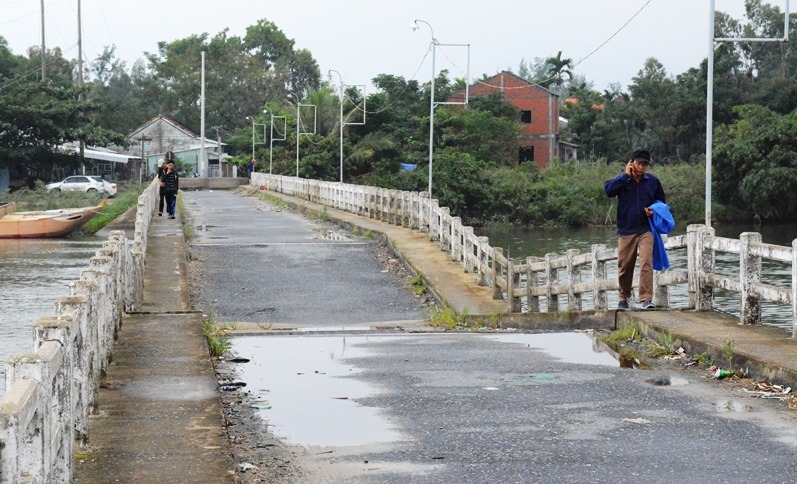 Học sinh liều mình qua cầu sụt lún gần nửa mét