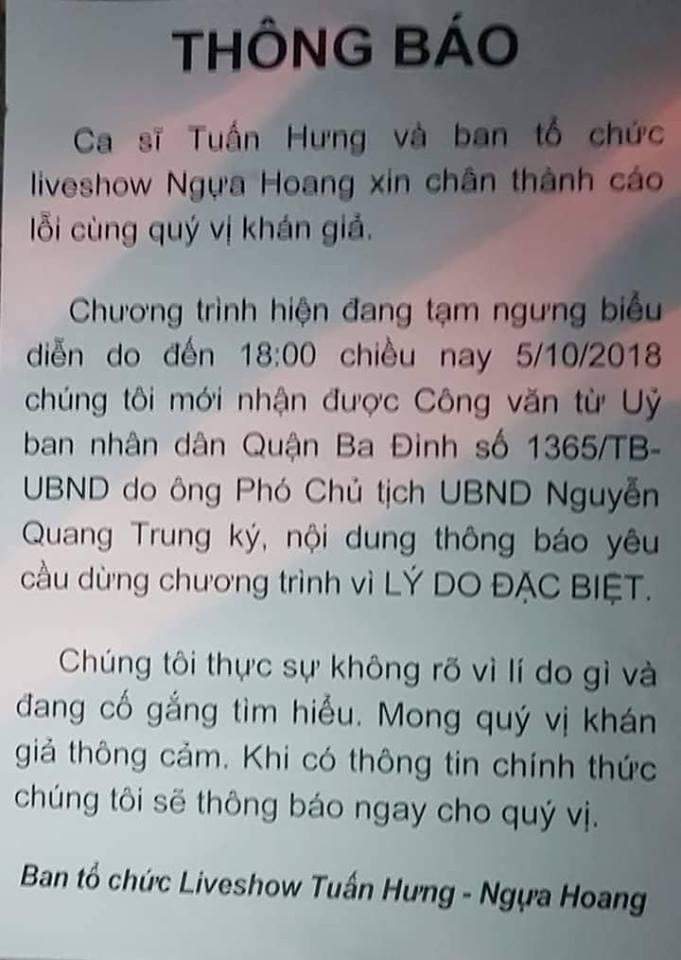 Thông báo hoãn liveshow của Tuấn Hưng dán ở cổng sân khấu.