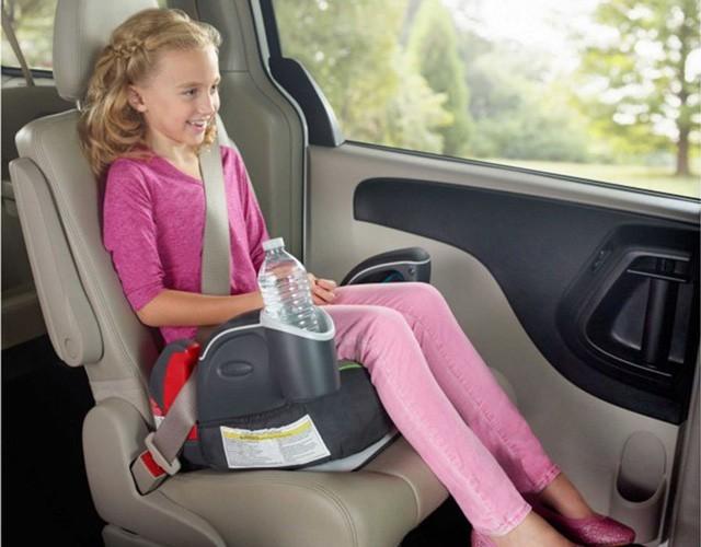 Vì sao không nên cho trẻ ngồi ở hàng ghế trước trên ô tô?