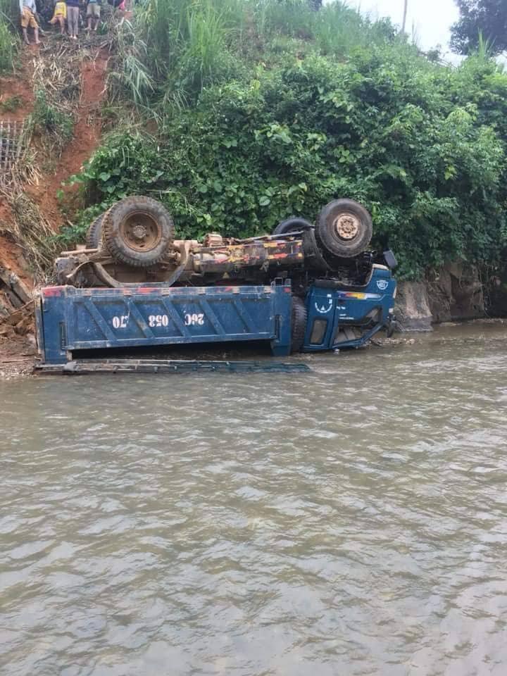 Sơn La: Xe tải mất phanh lao vút xuống suối, nằm ngửa bụng