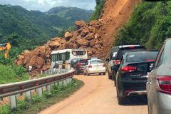 Hàng trăm m3 đất đá đổ xuống giữa trời khô ráo, quốc lộ 279 tê liệt