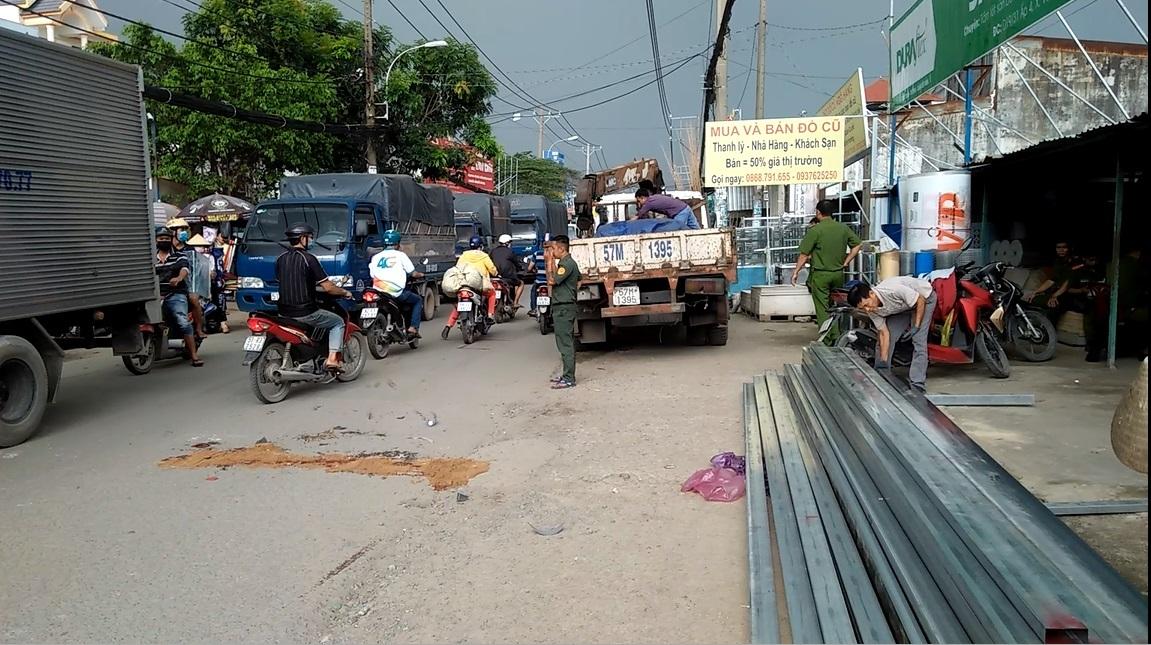 Va chạm xe máy, nam sinh ngã xuống đường bị xe tải cán chết