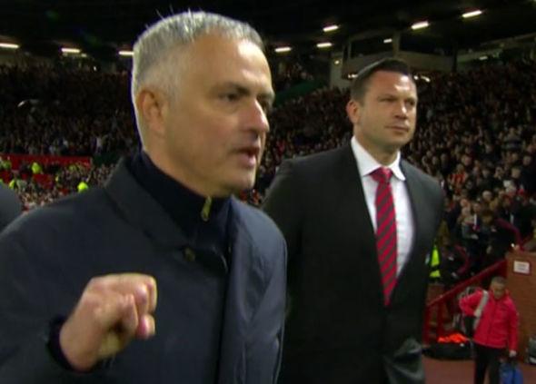 MU chết đi sống lại, Mourinho chửi tục tĩu vào máy quay