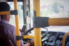 Xem xét sa thải tài xế chơi smartphone khi lái xe buýt