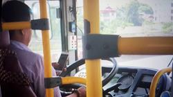 Tài xế xe buýt ai được như anh: Chơi smartphone, lao giữa phố đông