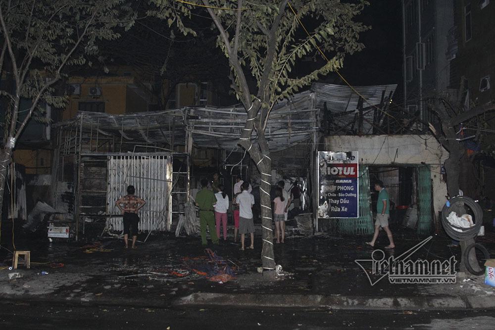 Cháy rừng rực lúc rạng sáng, 2 nhà phố Chùa Láng bị thiêu rụi