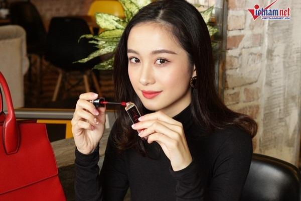 Bí mật bên trong chiếc túi 70 triệu của hotgirl Jun Vũ