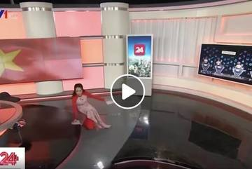 Phản ứng của Á hậu Thuỵ Vân khi trượt ngã trên sóng trực tiếp
