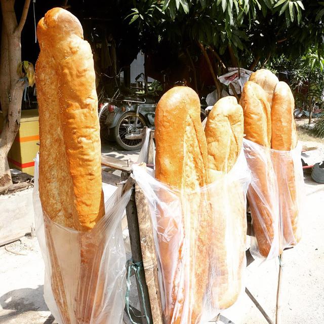 Bánh mỳ khổng lồ dài 1m ở An Giang lọt top món ăn kỳ lạ nhất thế giới