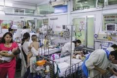 Bệnh viện Nhi ở Sài Gòn vỡ trận vì dịch chồng dịch